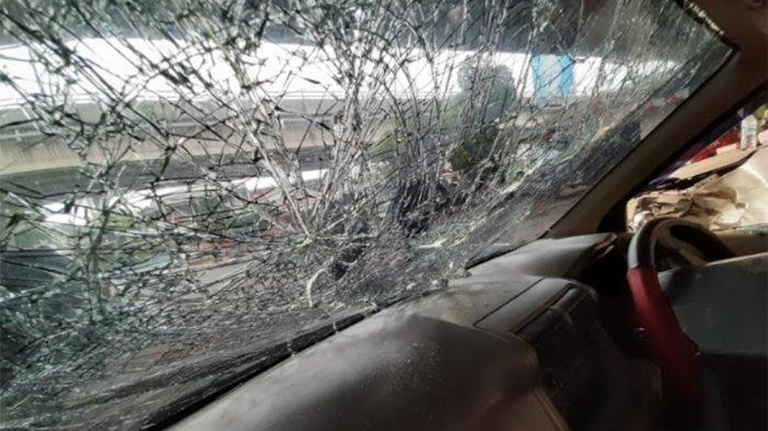BREAKING NEWS Mobil Diamuk Massa Setelah Serempet Kendaraan di Pasar Minggu, Sopir Diduga Polisi