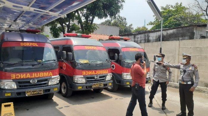 Ambulans RS Polri di Instalasi Pemulasaraan Jenazah RSUD Kabupaten Tangerang, Rabu (8/9/2021).