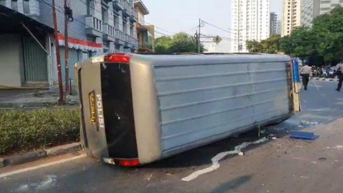 Mobil aparat kepolisian yang dirusak massa di Pejompongan, Jakarta Pusat, Rabu (7/10/2020).