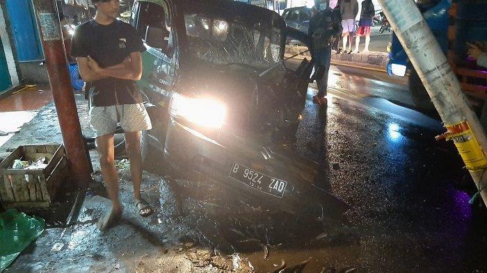 Mobil Bak Terbuka Tabrak Tiang Mengakibatkan Muatan Berisi Ikan Lele Berhamburan ke Jalan