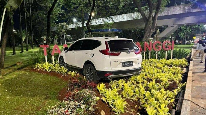 Kecelakaan Lalu Lintas Honda CRV dengan Motor di Jakarta Selatan, Mobil Nyelong ke Taman Semanggi