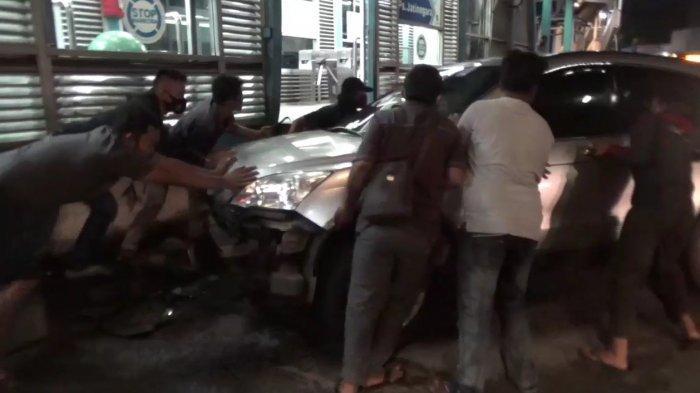 Hindari Tabrakan, Minibus Tabrak Halte Transjakarta Pasar Jatinegara