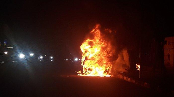 Mobil Terbakar di Jalan MT Haryono, Arus Lalu Lintas Sempat Lumpuh Satu Jam