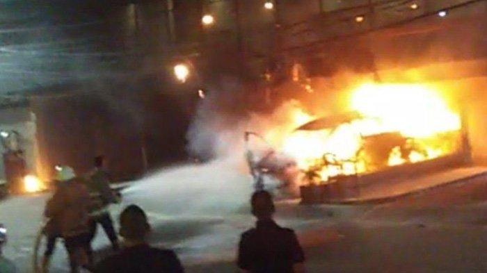 Mobil Honda HRV Terbakar di Starbucks Muara Karang Penjaringan