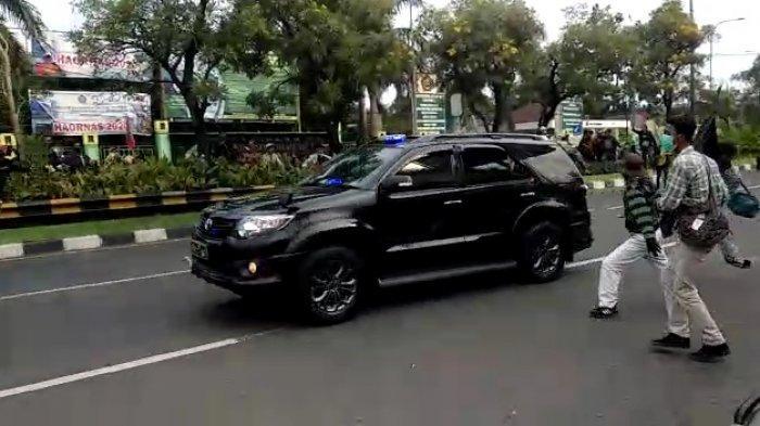 Iring-iringan Mobil Kapolres Bekasi Kota Dilempari Massa Aksi di Lampu Merah Unisma