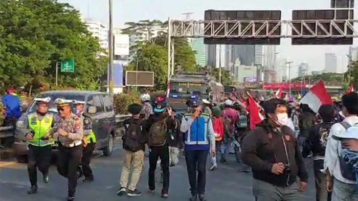 Massa Aksi Lemparkan Botol Minuman ke Arah Mobil Polisi yang Melintas di Jalan Tol Dalam Kota