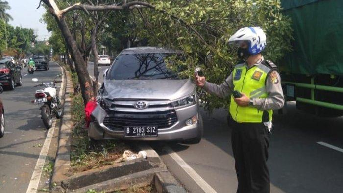 Mobil Pecah Ban di Matraman Tabrak Petugas Dinas Pertamanan: Kendaraan Ringsek, Petugas Luka Ringan