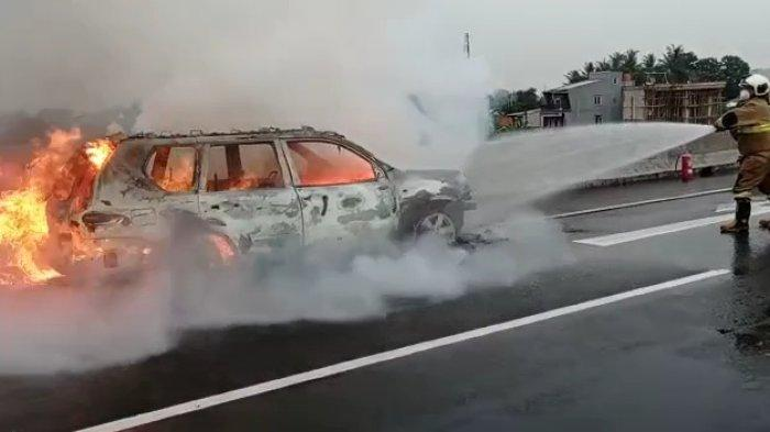 Mobil Nissan X-Trail Terbakar di Tol Becakayu, Pemadam Kebakaran Terjunkan 2 Mobil ke Lokasi