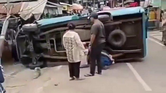 Angkutan Umum 83 Tabrak Tiang Listrik Lalu Terbalik di Lenteng Agung, Saksi: Diduga Remnya Blong