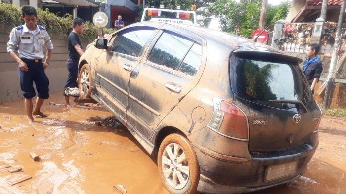 Imbas Banjir, Petugas Dinas Perhubungan Jakarta Selatan Bantu Derek 8 Mobil Milik Warga Gratis