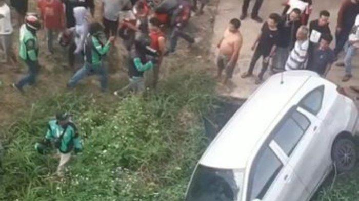 Viral, Mobil Terperosok Dalam Saluran Air di Depok Setelah Kabur dari Tabrakan Beruntun