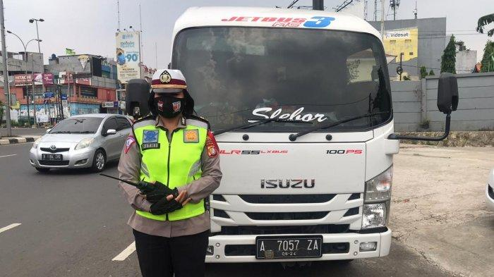 Petugas Chek Point PSBB di Depok Hentikan Satu Unit Mini Bus Travel, Ini Alasannya