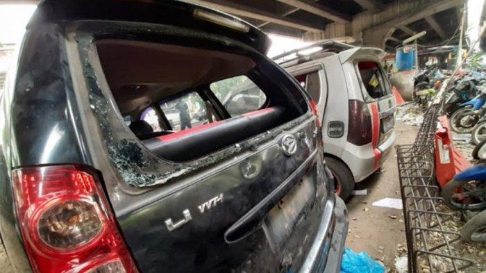 Penampakan Kondisi Mobil Anggota Polisi yang Diamuk Massa Rusak Parah, Banyak Serpihan Kaca dan Batu