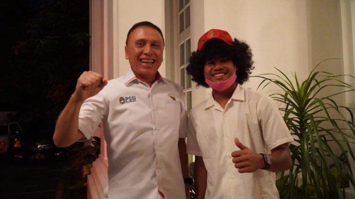Ketua Umum PSSI Mochamad Iriawan dan Amiruddin Bagus Kahfi berfoto bersama setelah berkunjung ke rumah CEO Barito Putera Hasnuryadi Sulaiman