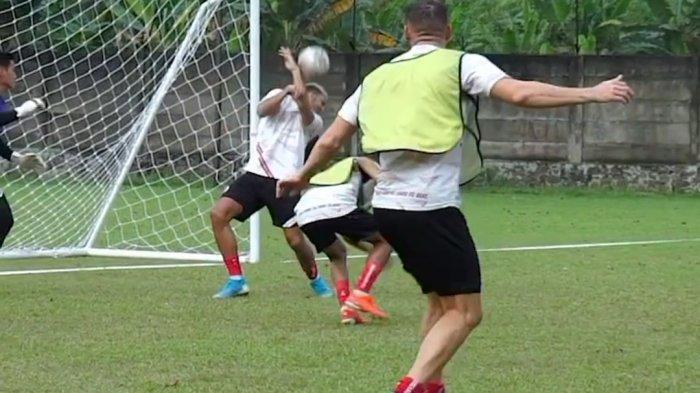 Momen saat tendangan Marko Simic mengarah ke wajah bek Persija Jakarta Yann Motta.