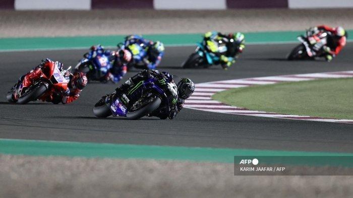 (tengah) berkendara selama Moto GP Qatar Grand Prix di Losail International Circuit, di kota Lusail pada 28 Maret 2021.