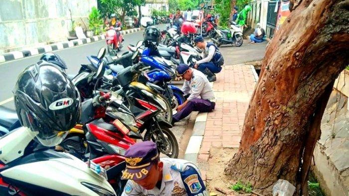 Petugas Dishub Gambir Imbau Warga Tak Parkir di Bahu Jalan, Ini Sanksi Bagi Pelanggar