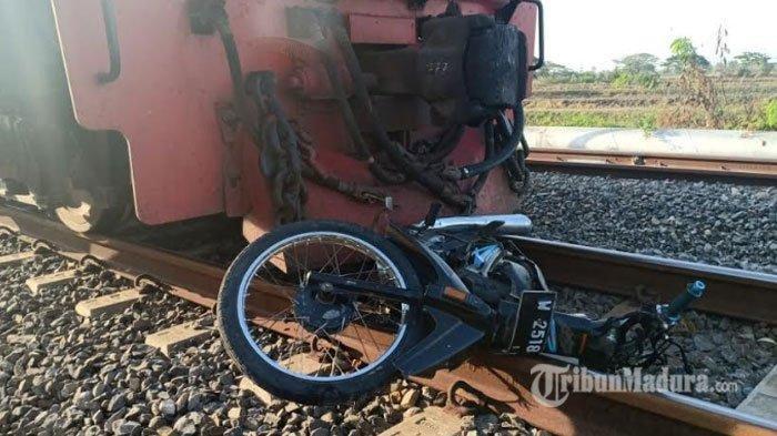 Motor Hancur Ditabrak Kereta Api, Orip Berhasil Lompat dan Menderita Luka Lecet