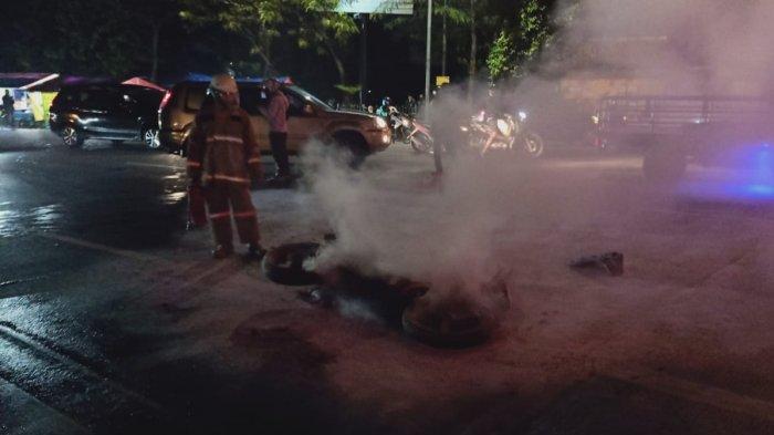 Personel Damkar Jakarta Timur saat proses pemadaman api motor Suzuki Thunder berpelat B 6478 G yang terbakar di simpang PGC, Minggu (6/6/2021)