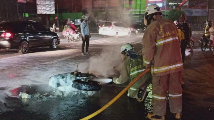 Motor Suzuki Thunder Terbakar di Simpang PGC, Pemilik Kabur Tinggalkan Lokasi Kejadian