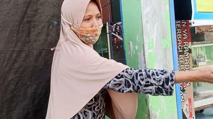 Muamarroh, warga yang merasakan imbas buruk tawuran di Jalan Kembung, Penjaringan, Jakarta Utara.
