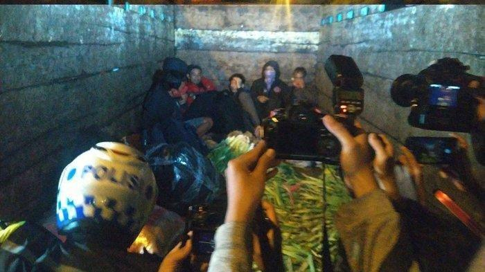 Ngaku Pulang dari Pasar, Truk Sayur Bermuatan Orang Diamankan Polisi di Gerbang Tol Cikarang Barat