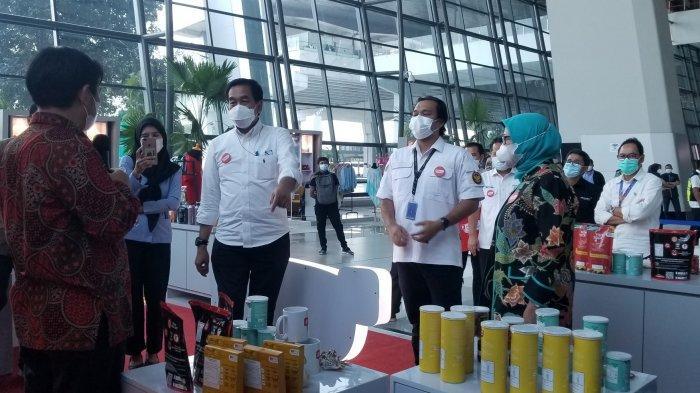 Direktur Utama PT Angkasa Pura II, Muhammad Awaluddin bersama Dirjen Penguatan Daya Saing Produk Kelautan dan Perikanan (PDSPKP), Artati Widiarti meninjau Booth Pasar Laut Indonesia di Terminal 3 Bandara Soekarno-Hatta, Selasa (25/5/2021).