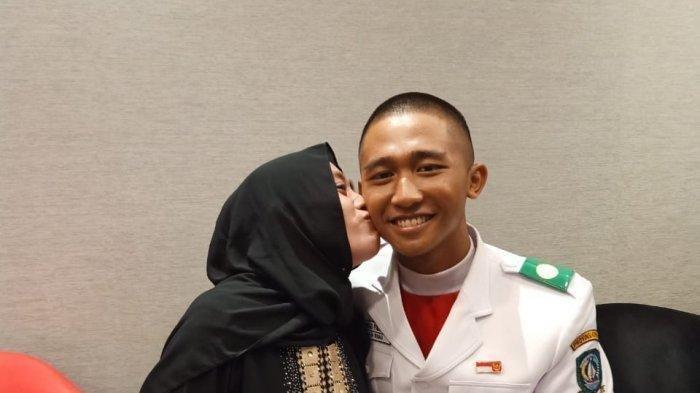 Kisah Haru Paskibraka Nasional Ini Bertemu dengan Ibunya di Istana Setelah 10 Tahun Berpisah