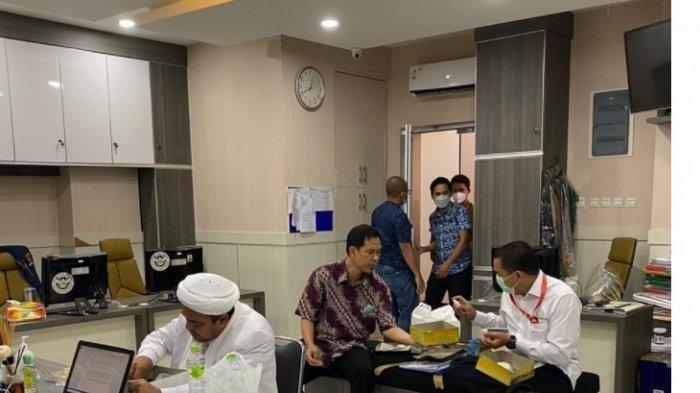 Pemeriksaan Belum Rampung Sampai Pukul 23.00 WIB, Munarman Pastikan Habieb Rizieq Tidak Ditahan