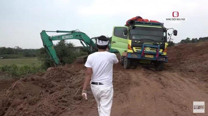 Wakil Ketua Komisi IV DPR RI Dedi Mulyadi menegur adanya alat berat yang digunakan untuk mengangkut tanah ke truk karena proyeknya ilegal.