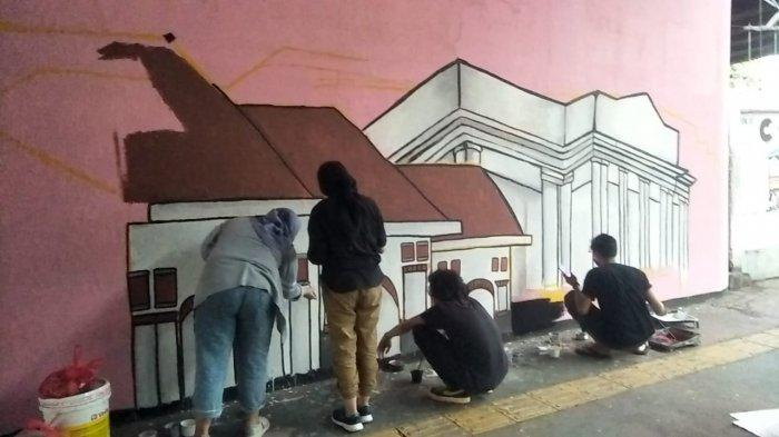 Mural Bertema Jakarta Kolaborasi di Kolong Flyover Jatinegara: Moda Transportasi Tempo Dulu