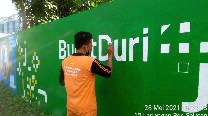 Penampakan mural Jakarta Kota Kolaborasi dicorat-coret oleh pelaku vandalisme di Jalan KH Abdullah Syafei, Bukit Duri, Tebet, Jakarta Selatan pada Kamis (27/5/2021).