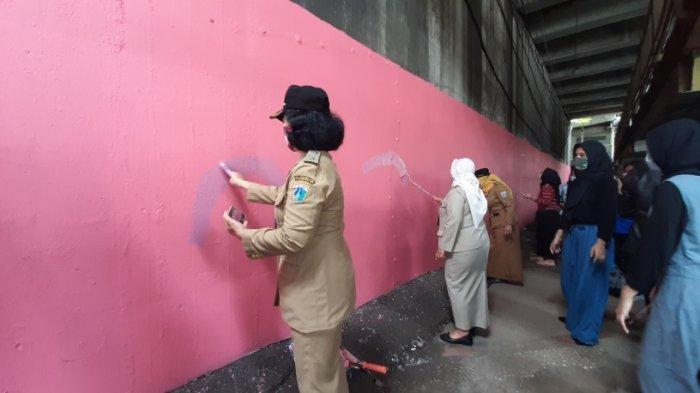 Hari Ibu 2020: Pengerjaan Mural di Kolong Flyover Jatinegara Dilakukan Kaum Perempuan