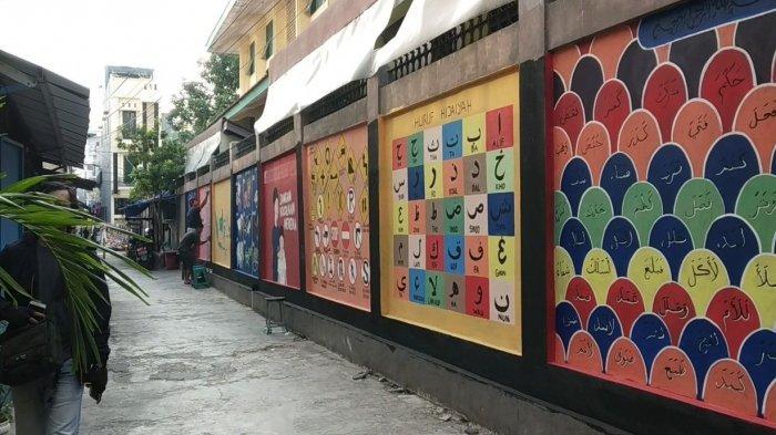 Mural Edukasi Tentang Pesan Sosial dan Ilmu Dasar Hiasi Tembok Pademangan Timur Jakarta Utara