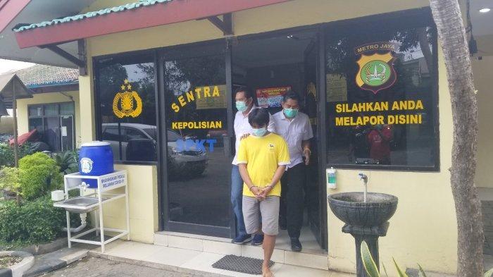 N (23) saat digiring unit reskrim Polsek Jatiuwung menuju RS Polri Kramatjati, Jakarta Timur dan diperiksa kejiwaannya, Selasa (24/11/2020).