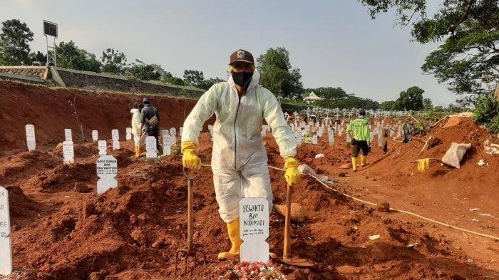 Nadi, penggali makam di TPU Pondok Ranggon, Cipayung, Jakarta Timur