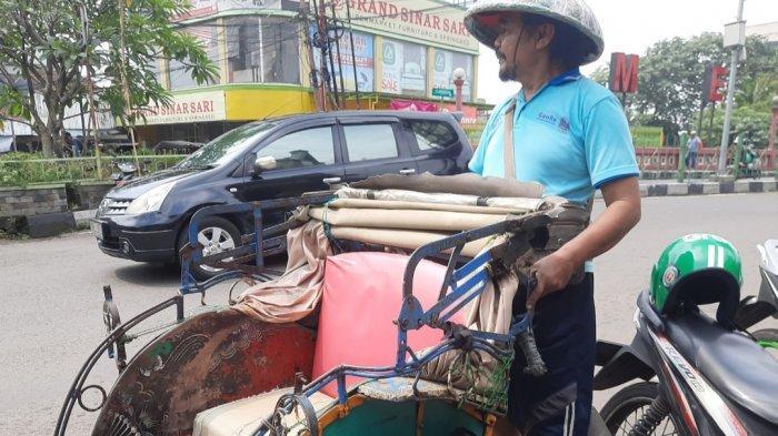 Becak sangat mudah sekali ditemui di kota Bogor. di Pasar Anyar, becak bisa jadi transportasi alternatif kala merasa lelah berjalan kaki.