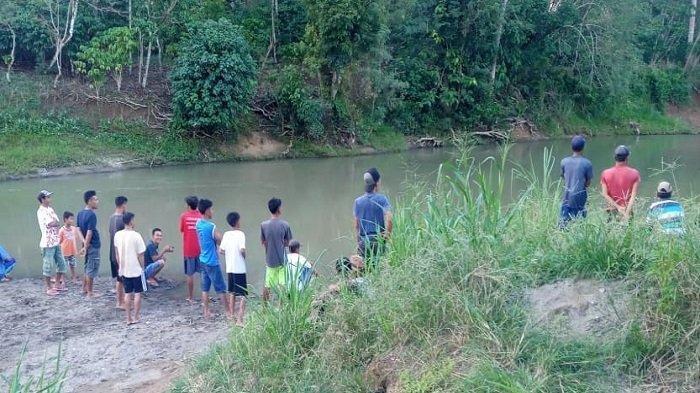 Nampak warga mencari korban tenggelam di sungai air keruh desa Muara Sindang, kecamatan Pasemah Air Keruh, Empat Lawang, senin (11/5/2021) kemarin