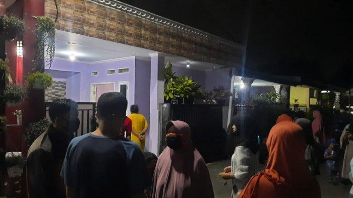 Sejumlah nasabah mendatangi rumah HH, tersngka dugaan penipuan tabungan paket lebaran di Kelurahan Arenjaya, Kecamatan Bekasi Timur, Kota Bekasi.