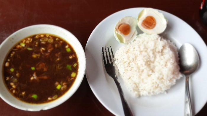 Nasi rawon di Warung Gedokan yang berada di Anjungan Jawa Timur di Taman Mini Indonesia Indah (TMII).