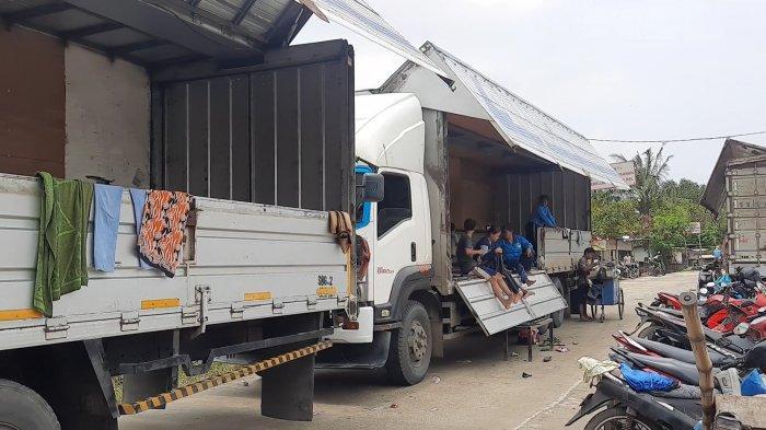 Unik! Korban Banjir di Bekasi Pilih Mengungsi di Mobil Truk Kontainer