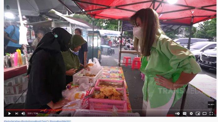 Beli Takjil di Pinggir Jalan, Nia Ramadhani Kebingungan Tak Bisa Bedakan Tempe & Pisang Goreng: Hah?
