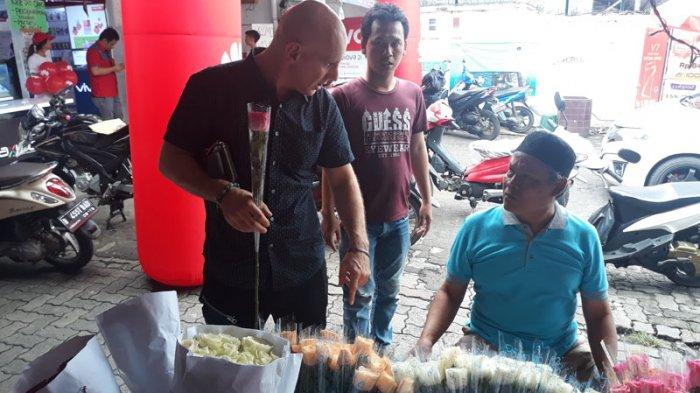Jelang Pertunangan, Pria Bule Ini Beli Kado Valentine di Kawasan Rawa Belong