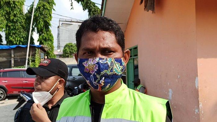 Petugas UPK Badan Air Kecamatan Penjaringan, Nicolas Bouk, saat ditemui di Penjaringan, Jakarta Utara, Sabtu (15/5/2021).