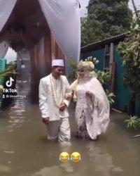 Pernikahan Rizka dan Fadli di tengah banjir pada Minggu (7/2/2021) yang viral di medsos