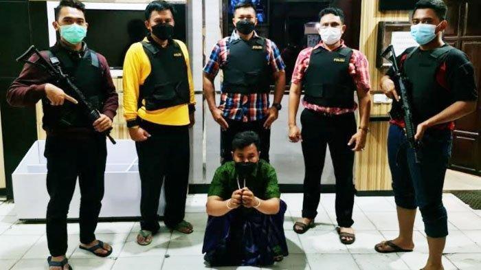 NL (duduk) saat diperlihatkan polisi di Mapolres Bangkalan, Senin (4/1/2020) malam.