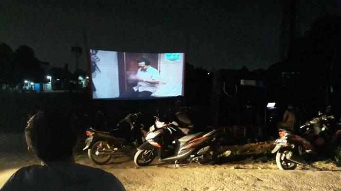 Ilustrasi Puluhan warga nonton bareng (nobar) layar tancap film Penumpasan Pengkhianatan G30S/PKI.