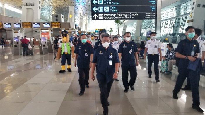 Dirjen Perhubungan Udara Kementerian Perhubungan Novie Riyanto saat melaksanakan Safety, Security, and Healthy Campaign di Terminal 3 Bandara Soekarno-Hatta, Selasa (24/11/2020).