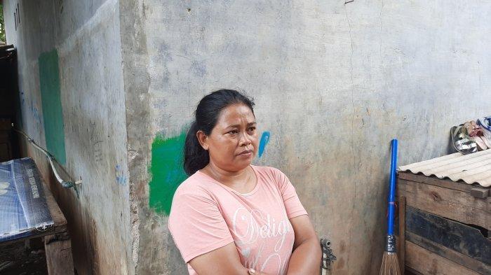 Nur Laela (40), tetangga sekaligus kader posyandu di lingkungan tempat tinggal setempat.