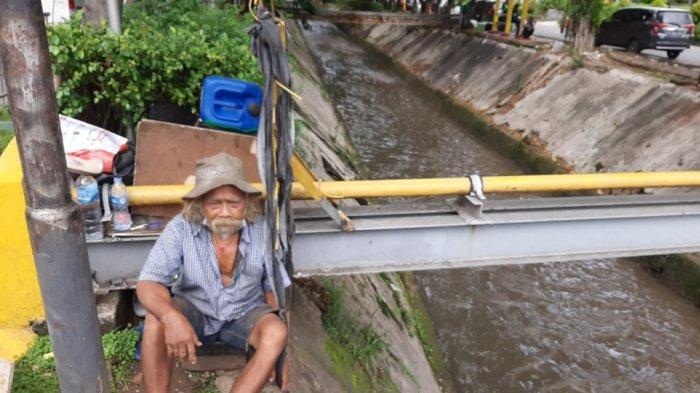 Gelandangan bernama Nur Saman (69) saat ditemui di kawasan Setiabudi, Jakarta Selatan, Kamis (7/1/2021). Ia merupakan salah satu gelandangan yang sempat ditemui Menteri Sosial Tri Rismaharini saat blusukan.
